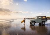 Surfování na pláži Muriwai v západní části  Aucklandu. Foto: Todd Eyre