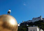 Mužská postava na zlaté kouli na náměstí Kapitelplatz je polovina díla Sphaera od Stephana Balkenhola z roku 2007. Druhou polovinu tvoří Žena ve skále v Toscanini Hof.