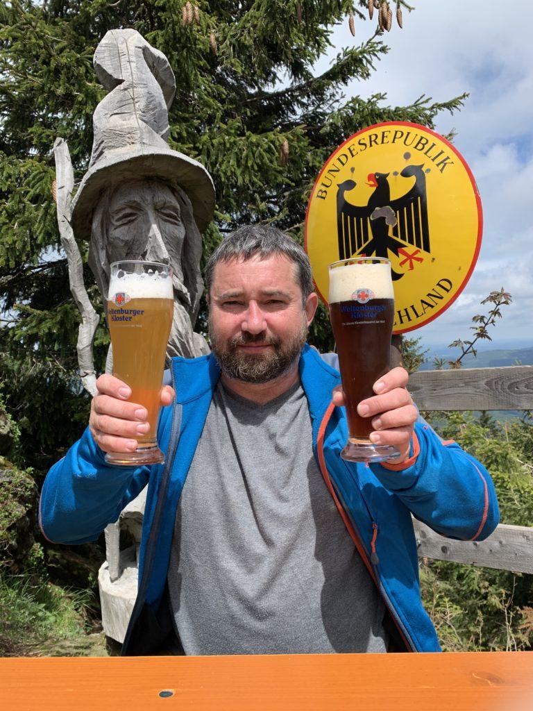 Na konci horské etapy z Nýrska na Ostrý kdosi moudrý postavil hospodu a v ní postavil pípu a pod ní dal sklenice a... je dobře. Foto: Pavel Vondráček