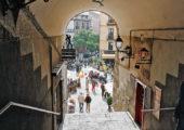 Na náměstí Plaza Mayor vede celkem devět přístupových cest. Toto kryté schodiště je ednou z nich. Foto: Lukáš Novák