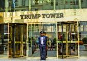 VTrump  Tower samozřejmě nemůže dveřník chybět.  Pokud máte kufry, jdete prostředkem, jinak  do otočných dveří, které vám dveřník pomůže  zkušeným grifem roztočit. Foto: Shutterstock