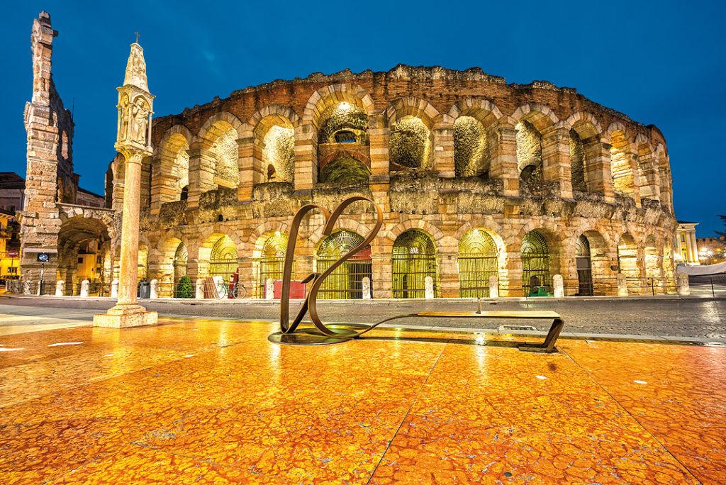 Slavná aréna v noci. Zde se konaly zápasy gladiátorů, nesmírně populrání jako dnešní lov pokémonů. Foto: Shutterstock