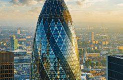 Okurka z dálky vypadá jako nádherně zakulacený mrakodrap. Okna jsou však z rovného skla a tvar dává budově její vnější skelet.  Jediným zaobleným kusem skla je kopule, kterou můžete obdivovat v baru v nejvyšším patře. Foto: Shutterstock