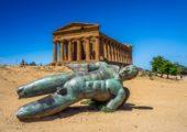 Původní starověké kulisy v Údolí chrámů u Agrigenta doplňují sochy padlých andělů od umělce Igora Mitoraje. Foto: Shutterstock
